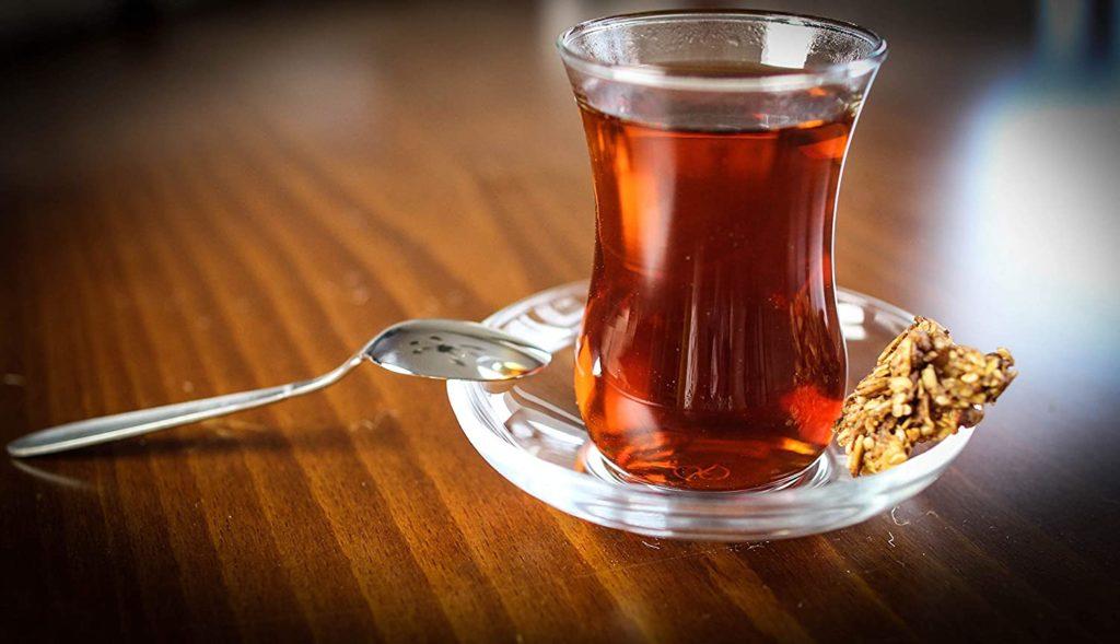 Tee trinken mit einem türkischen Teekocher.